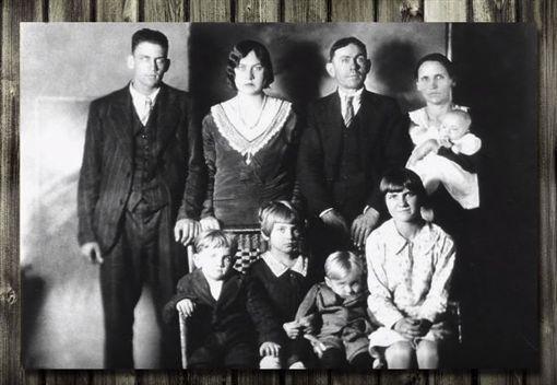 才拍全家福成遺照,兇手竟在照片裡。(圖/翻攝自YouTube)