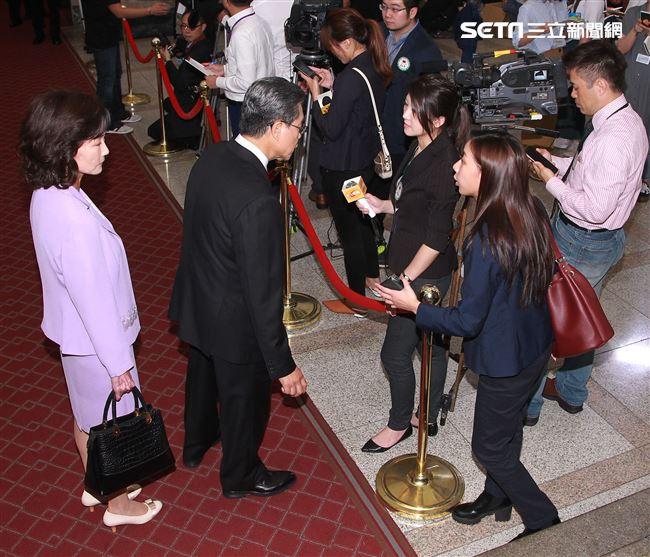 陳妤在國際橋牌社飾演記者。(記者邱榮吉/攝影)
