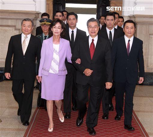 楊烈在國際橋牌社飾演總統,總統府就職難掩緊張興奮。(記者邱榮吉/攝影)