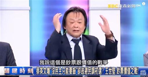 鴻海董事長郭台銘宣布投入國民黨黨內初選,遭被界質疑是前總統馬英九、國民黨主席吳敦義「聯手卡韓」的操作。對此,民進黨市議員王世堅直言:「韓國瑜被吳敦義、郭台銘『夜襲』了,韓國瑜不用沉澱了,敵人都打過來了!」(圖/翻攝自關鍵時刻YouTube)