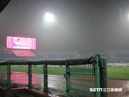▲桃園青埔球場因雨裁定勝負。(圖/記者蕭保祥攝影)