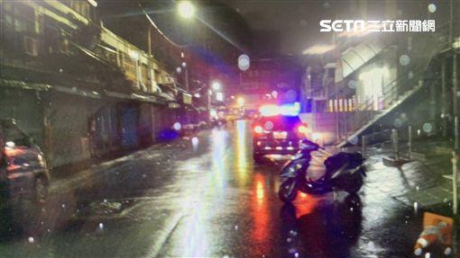 台北市李姓男子獨飲米酒後移車,卻連撞2輛機車、1部汽車後躲進超商,遭到聞訊趕來的李男逮捕,訊後依公共危險罪移送法辦(翻攝畫面)