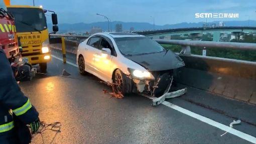 超驚悚車禍!駕駛半身卡護欄 右臂噴飛掉路邊