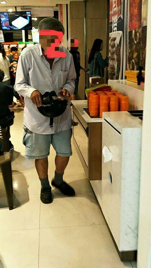 老伯用安全帽裝滿海底撈給候位客人的點心/爆廢公社