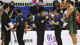 台啤總教練周俊三與裁判溝通。(圖/中華籃協提供)