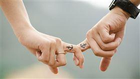 情侶,牽手。(圖/翻攝自Pixabay)