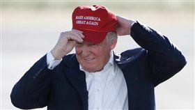 川普戴棒球帽(AP美聯社)