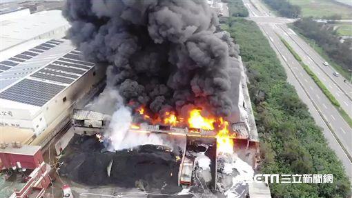 彰化線西回收場、廢棄輪胎工廠大火/阿鋒AMOS提供