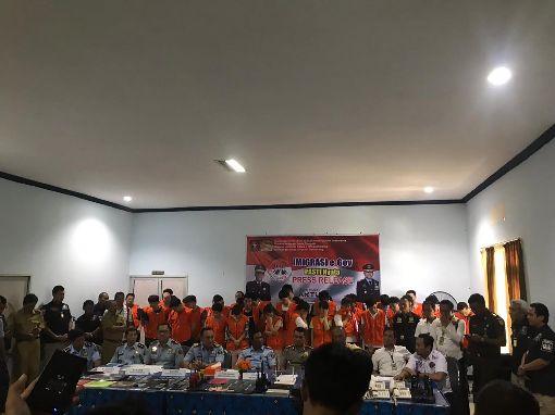 印尼逮補40電信詐騙嫌犯印尼三寶瓏移民局22日召開記者會,宣布逮補40名台灣和中國籍的電信詐騙案嫌犯。(中華民國駐印尼代表處提供)中央社記者石秀娟傳真 108年4月22日