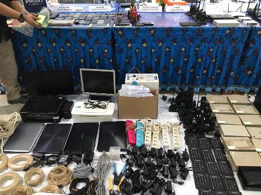 記者會陳列電信詐騙工具印尼三寶瓏移民局表示,他們在18日破壞電信詐騙案,在22日召開的記者會上陳列沒收的犯罪工具。(中華民國駐印尼代表處提供)中央社記者石秀娟傳真 108年4月22日