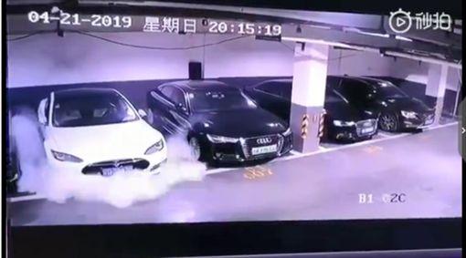 ▲中國特斯拉起火(圖/翻攝微博)