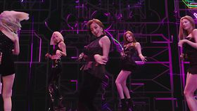 TWICE9位女孩穿起熱褲、迷你裙一字排開,自信大跳熱舞。(圖/翻攝自jypentertainment)