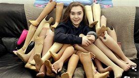 小時候截肢保命,15歲少女捐25雙義肢到非洲。(圖/翻攝Daily Mail)