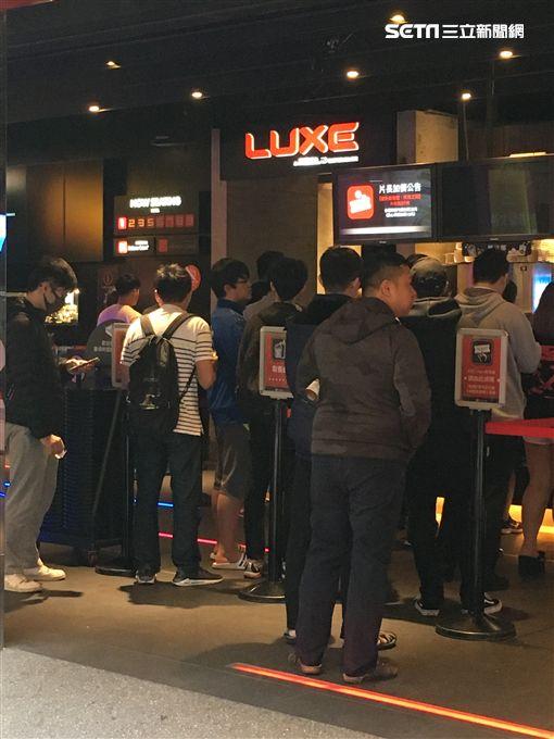 《復仇者:終局之戰》24日一早電影院外就擠滿影迷。(圖/記者常朝貴攝影)