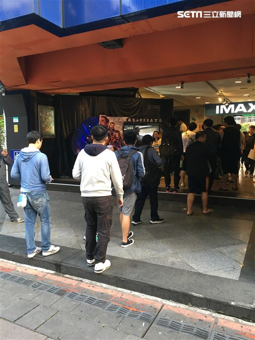 復仇者:終局之戰》24日一早電影院外就擠滿影迷。(圖/記者常朝貴攝影)