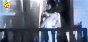 武漢工商學院停電,女大生低胸跳舞。(圖/翻攝自梨視頻)