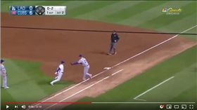 ▲小熊游擊手貝耶茲(Javier Baez)泥鰍般的跑壘躲過觸殺。(圖/翻攝自YouTube)