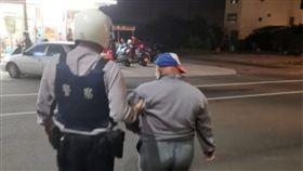 茄萣警長助迷途男返家。(圖/高雄市政府警察局湖內分局提供)