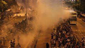 港占中案將裁決香港「占中」案即將裁決,這場運動於2014年9月28日爆發,其後9人被當局控告「公眾妨擾」等。圖為「占中」爆發當晚,警方發射催淚瓦斯鎮壓。(資料照片)中央社記者張謙香港攝  108年4月8日