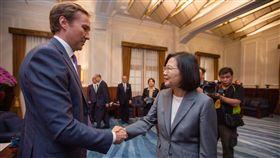 蔡英文總統24日上午接見美國「共和黨全國委員會」(RNC)共同主席希克斯(Tommy Hicks)一行。(圖/總統府提供)
