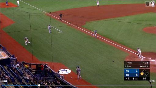 ▲孟德西(Adalberto Mondesi)趁暴投從二壘直奔本壘取分。(圖/翻攝自MLB官網)