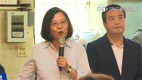 蔡英文總統24日赴苗栗竹南鎮南宮參拜並與鄉親座談。
