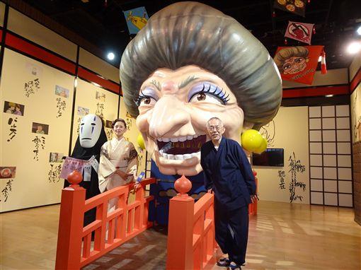吉卜力工作室暌違3年在東京辦大展。幫湯婆婆配音的女星夏木麻里(左2)19日出席這項大展活動時透露,湯婆婆角色就是女版鈴木敏夫(右)。中央社記者楊明珠東京攝 108年4月19日