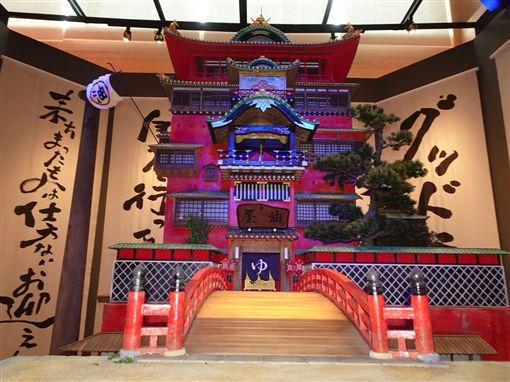 「鈴木敏夫與吉卜力展」展場上設立一座大型以動漫「神隱少女」中的湯婆婆與錢婆為意象的抽籤設施。另有一座湯婆婆經營的油屋(澡堂)。中央社記者楊明珠東京攝 108年4月19日