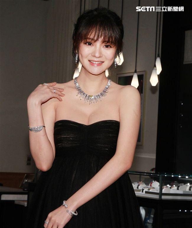 懷孕7個月的安以軒配戴約6000萬元的PIAGET珠寶出席活動滿口媽媽經。(記者邱榮吉/攝影)