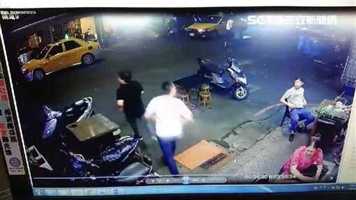 台北市黃姓男子因債務糾紛遭人圍毆致死,他的父親還出面控訴兇手拿枕頭悶死兒子(翻攝畫面)