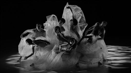 台灣丞舞俄羅斯演出 舞作浮花意象吸引目光丞舞團隊在俄羅斯烏里揚諾夫斯克演出舞作「浮花」,舞者流動意象吸引觀眾目光。(駐俄代表處提供)中央社傳真 108年4月20日