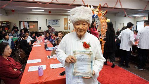 93歲的留德博士陳錫清(圖)在南加州台灣人長輩會的成年禮活動中擔任長老,帶領孩子宣誓,要負起責任並貢獻社會。中央社記者林宏翰洛杉磯攝 108年4月21日