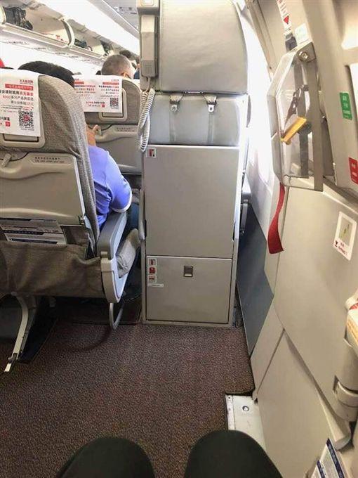 機上最美座位!他竊喜拍照炫耀...起飛時發現全是夢。(圖/翻攝自爆廢公社)