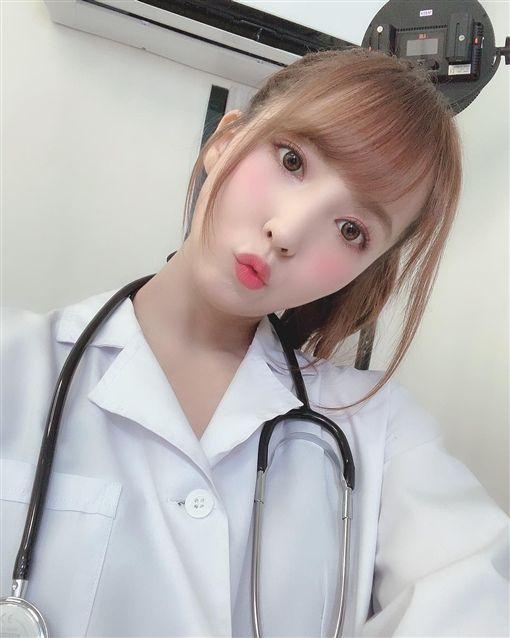 三上悠亞穿醫生袍掛著聽筒,看似女醫生坐在診間。(圖/翻攝自三上悠亞推特)