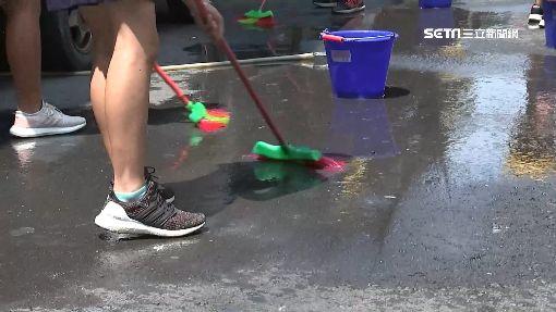 學生慶生瘋玩刮鬍泡 惡搞街道住戶怒了-掃地-積水-掃水-