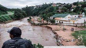 南非當局今日指出,連日豪雨引發洪水氾濫與土石流災情,造成國內東部與南部地區有超過50人不幸喪命。(圖/www.businesslive.co.za)