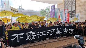 占中案刑期宣判  支持者抗議香港法院24日上午宣判占中案各名被告刑期前,9名被告包括「占中三子」在法庭前向媒體發表簡單談話,並與支持者撐黃傘,舉著「不廢江河萬古流」的標語。中央社記者張謙香港攝  108年4月24日