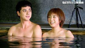 梁舒涵與曾子余在31度氣溫下泡溫泉,兩人熱到受不了。(圖/TVBS提供)