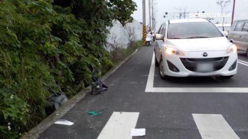 轎車擦撞機車! 婦連人帶車摔50米草叢昏迷