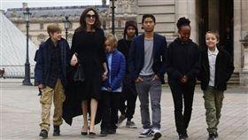 小布和裘莉6個孩子中,有3人是親生,3人是領養。(圖/翻攝自@ThisIsKubiLive推特)
