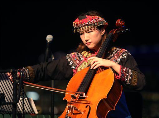 台東「布農山地傳統音樂團」21日在新加坡濱海藝術中心戶外劇場演出,大提琴家張道文擔任獨奏與伴奏,串聯起整場風格獨具的音樂會,擦出新的音樂火花。中央社記者黃自強新加坡攝 108年4月21日