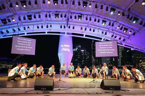 台東「布農山地傳統音樂團」連續兩天在星國獻藝,譜下力與美音樂篇章,他們21日以渾厚嗓音與大提琴琴聲相唱和,吟唱發自內心、感動天地的動人鳴響。中央社記者黃自強新加坡攝 108年4月21日