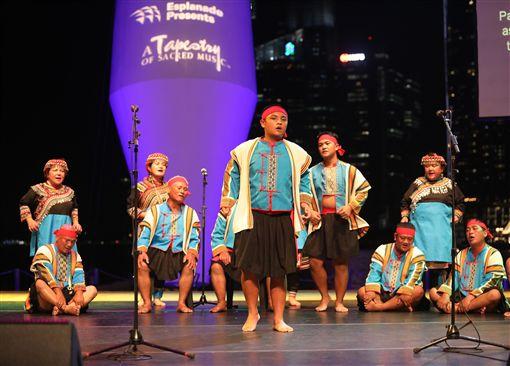 台東「布農山地傳統音樂團」21日在新加坡濱海藝術中心戶外劇場演出,布農族耆老與青壯族人在大提琴唱和下,吟唱出與大自然融為一體的音樂內涵。中央社記者黃自強新加坡攝 108年4月21日
