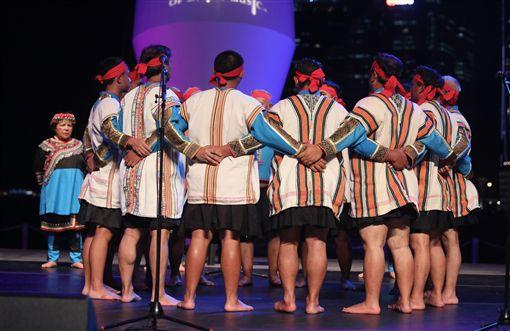 台東「布農山地傳統音樂團」21日表演「祈禱小米豐收歌」,透過男性族人以流水般的高、中、低音合聲,以及逐漸提高之音階,將心中最虔敬的願望送往天際。中央社記者黃自強新加坡攝 108年4月21日