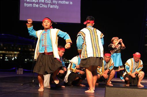 台東「布農山地傳統音樂團」21日在新加坡濱海藝術中心戶外劇場演出,吸引大批新加坡人與外國旅客駐足聆聽來自布農族人渾厚圓融嗓音表演。中央社記者黃自強新加坡攝 108年4月21日