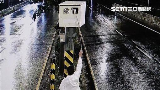 闕姓計程車司機拿竹竿將便利貼黏到測速照相機上面,藉以遮住鏡頭阻擋拍照(翻攝畫面)