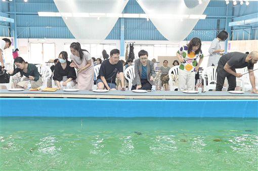 2019台灣文博會24日將正式登場,展區之一的空總台灣當代文化實驗場以「文化大學堂」為概念,設置「混水釣蝦場」特展,民眾可在展場內釣蝦、烤蝦,是兼具當代文化、生態保護、藝術展演與體驗經濟的實驗特展。(空總提供)中央社記者鄭景雯傳真 108年4月23日