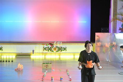空總台灣當代文化實驗場中正堂推出特展「今日痛快」,將中正堂打造成集結身體、運動、影像、聲光的公眾感官練習場,民眾可近距離直擊劇團、舞團排練實況。(空總提供)中央社記者鄭景雯傳真 108年4月23日