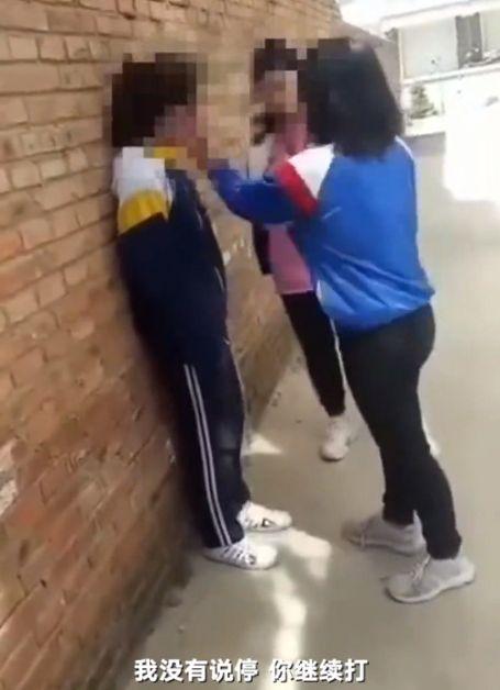 小學生連賞同學14巴掌,只因對方踩到她腳。(圖/翻攝新京報)