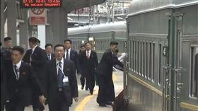 金正恩訪海參威 隨扈追「進站火車」擦車門(圖/翻攝自poccnr24 YouTube)